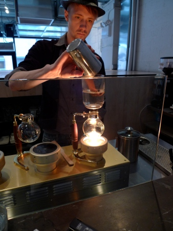 Until today we continue to do it, even in the most elegant and demanding coffee temples - like at the Siphon Bar of the Blue Bottle Coffee in Chelsea, New York, New York. (15th Street)
