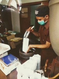 Filling bags with ground coffee / Aroma Coffee, Bandung / Sila Blume 2018